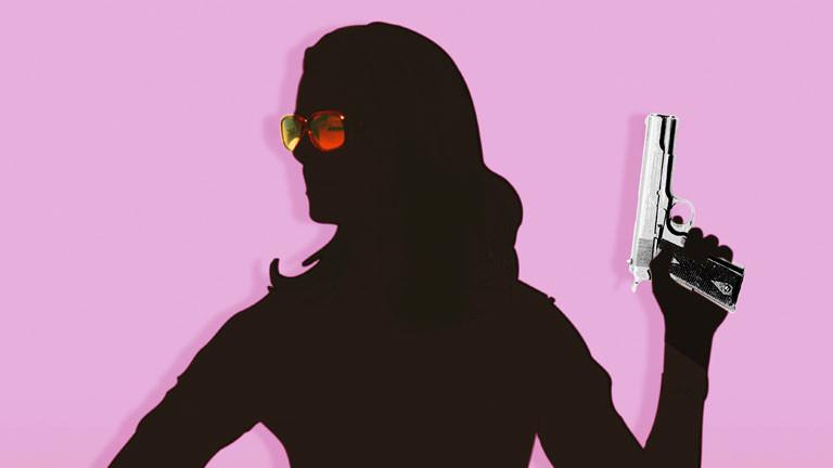 Silhouette einer Frau mit Pistole in der Hand vor rosa Hintergrund