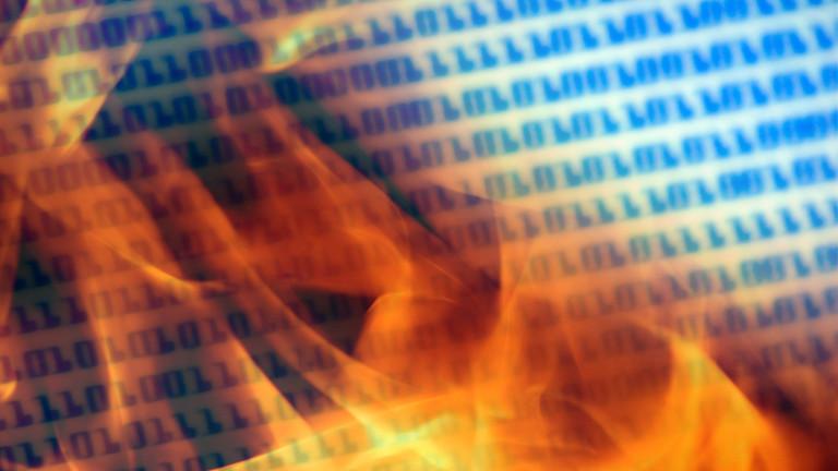 Flammen verschlingen einen binären Code.