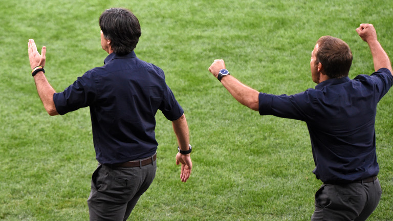 Joachim Löw (links) und Hansi Flick freuen sich beim Spiel Deutschland gegen Brasilien im Halbfinale der Fußball-WM.