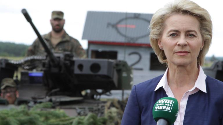 Verteidigungsministerin Ursula von der Leyen spricht vor der Panzergrendierbrigade 41
