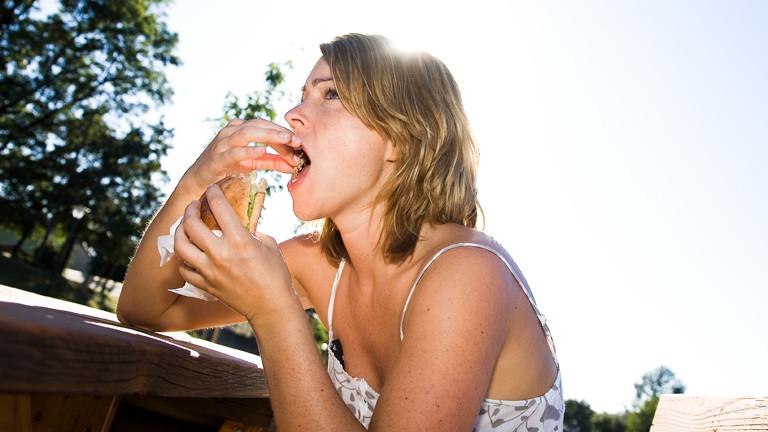 Eine Frau isst