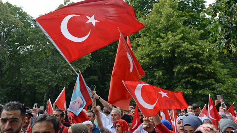 Demonstranten stehen am 16.07.2016 in Berlin mit türkischen Fahnen vor dem Botschaftsgebäude der Türkei.