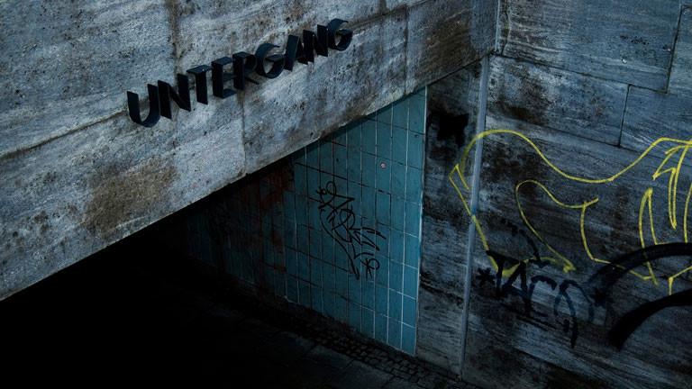 Dunkler U-Bahn-Eingang mit Schriftzug Untergang