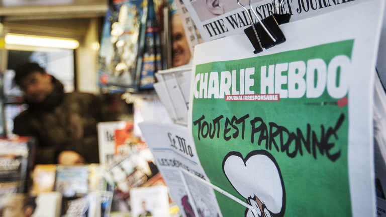 Die Satirezeitschrift Charlie Hebdo an einem Kiosk in Rom