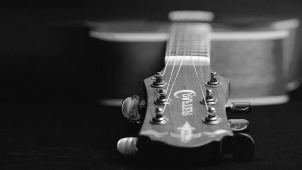 Eine Gitarre, schwarz weiß, Symbol Gefängnis