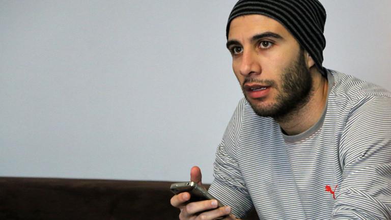 Der Syrer Omar mit Handy in der Hand.