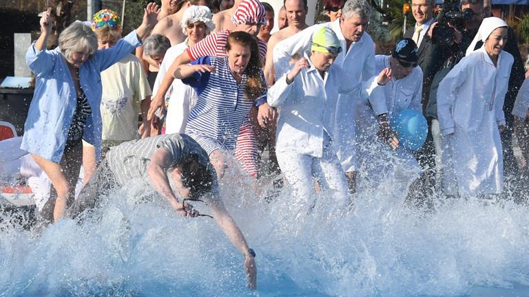 Schwimmer im Sonnenbad in Karlsruhe.