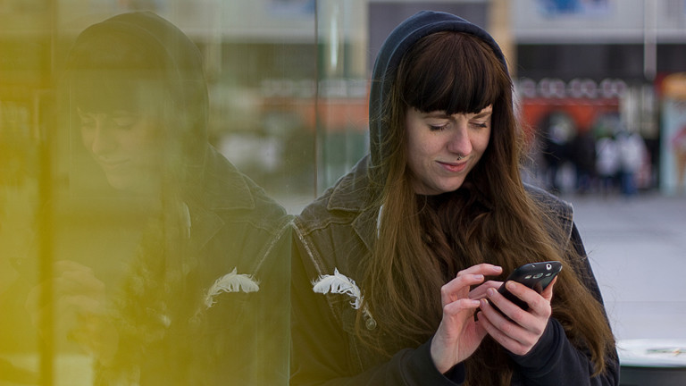 Frau mit ihrem Smartphone