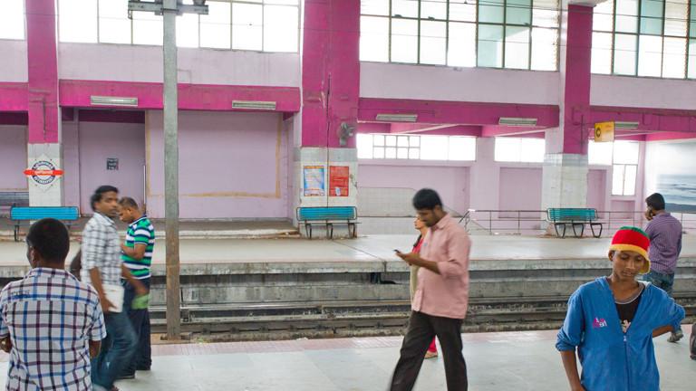 Männer auf Bahnhof in Indien